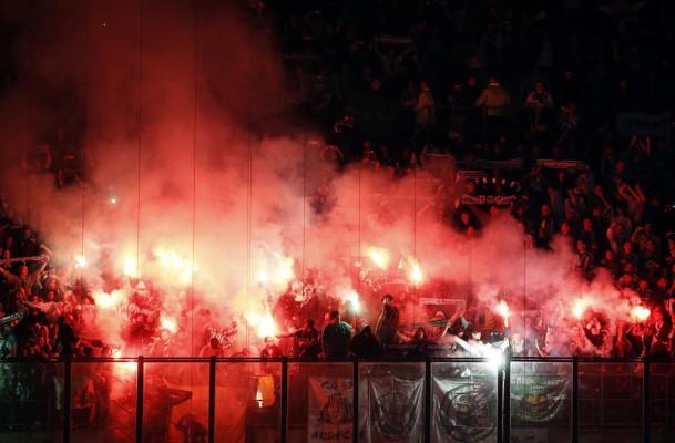 حامیان سنت اتین در طول مسابقه فوتبال لیگ اروپا گروه F خود را در برابر اینتر میلان در ورزشگاه سان Siro در میلان نگه عود